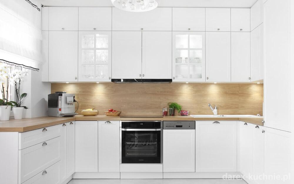 klasyczna biała kuchnia otwarta na salon