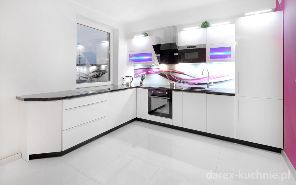 Biała nowoczesna kuchnia otwarta na salon